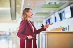 Jonge vrouw in internationale luchthaven royalty-vrije stock afbeeldingen