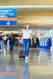 Jonge vrouw in internationale luchthaven royalty-vrije stock foto's