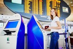 Jonge vrouw in internationale luchthaven stock afbeelding