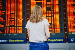 Jonge vrouw in internationale luchthaven stock foto