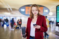 Jonge vrouw in internationale luchthaven royalty-vrije stock fotografie