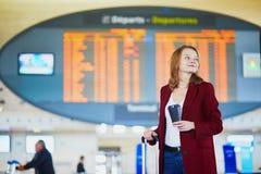 Jonge vrouw in internationale luchthaven stock foto's