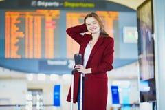Jonge vrouw in internationale luchthaven royalty-vrije stock afbeelding
