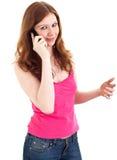 Jonge vrouw in jeans die op celtelefoon spreken Stock Afbeeldingen