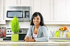 Jonge vrouw in keuken Stock Afbeelding