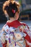 Jonge vrouw in kimonokleding Royalty-vrije Stock Afbeeldingen