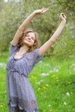 Jonge vrouw in kleding het ontspannen in tuin Royalty-vrije Stock Foto's