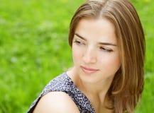 Jonge vrouw in kleding het ontspannen in tuin stock fotografie
