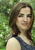 Jonge vrouw in kleding het ontspannen in tuin royalty-vrije stock afbeelding
