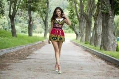 Jonge vrouw in kleurenkleding Royalty-vrije Stock Afbeeldingen