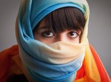 Jonge vrouw in kleurrijke headscarf Stock Foto's