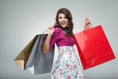 jonge vrouw in kleurrijke uitrusting Royalty-vrije Stock Afbeeldingen