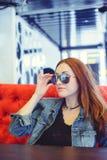 Jonge vrouw in koffie Stock Afbeeldingen
