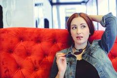 Jonge vrouw in koffie Royalty-vrije Stock Foto's