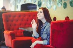 Jonge vrouw in koffie Royalty-vrije Stock Fotografie