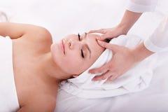 Jonge vrouw in kuuroord. Gezichts massage. Royalty-vrije Stock Fotografie