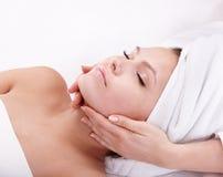 Jonge vrouw in kuuroord. Gezichts massage. Stock Fotografie