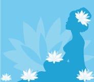 Jonge vrouw in kuuroord met lotusbloembloei Royalty-vrije Stock Afbeelding