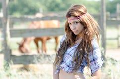 Jonge vrouw in landbouwbedrijf met krullend haar royalty-vrije stock afbeelding