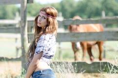Jonge vrouw in landbouwbedrijf met krullend haar stock foto's