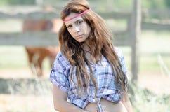 Jonge vrouw in landbouwbedrijf met krullend haar royalty-vrije stock foto