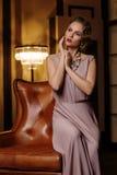 Jonge vrouw in lange zijdekleding Royalty-vrije Stock Fotografie