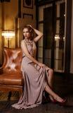 Jonge vrouw in lange zijdekleding Royalty-vrije Stock Foto