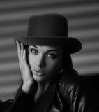 Jonge vrouw in leerjasje en hoed Royalty-vrije Stock Foto