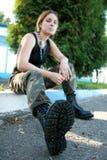 Jonge vrouw in legerlaarzen en camouflage stock afbeeldingen