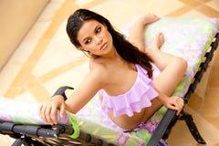 Jonge Vrouw Lounging in een Badpak royalty-vrije stock fotografie