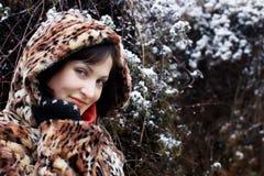 Jonge vrouw in luipaardbontjas Royalty-vrije Stock Foto