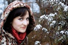 Jonge vrouw in luipaardbontjas en kap Stock Foto's