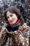 Jonge vrouw in luipaardbontjas en rode sjaal Stock Foto