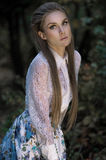 Jonge vrouw in manierkleren in openlucht royalty-vrije stock fotografie