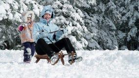 Jonge vrouw, meisje het sleighing in de wintertijd stock video