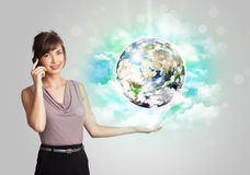 Jonge vrouw met aarde en wolkenconcept Stock Afbeelding