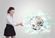 Jonge vrouw met aarde en wolkenconcept Stock Afbeeldingen