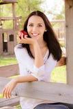 Jonge vrouw met appel Stock Afbeelding