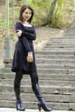 Jonge vrouw met appel De achtergrond van de aard Royalty-vrije Stock Foto's