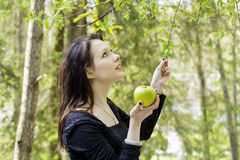 Jonge vrouw met appel De achtergrond van de aard Royalty-vrije Stock Afbeeldingen