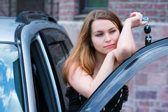 Jonge vrouw met autosleutel. Royalty-vrije Stock Foto's
