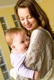 Jonge vrouw met babymeisje Stock Foto's