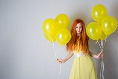 Jonge vrouw met ballons stock foto