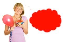 Jonge vrouw met ballons en giftdoos Stock Foto
