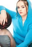 Jonge vrouw met basketbal Stock Foto's