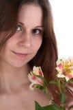 Jonge vrouw met bloemen stock foto