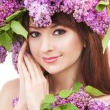 Jonge vrouw met bloemen Stock Afbeeldingen