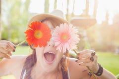 Jonge Vrouw met Bloemen Royalty-vrije Stock Afbeeldingen