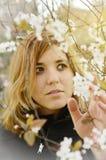 Jonge Vrouw met Bloemen Stock Afbeelding