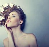jonge vrouw met bloemen in hun haar royalty-vrije stock foto